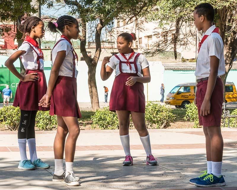 Fyra uniformsklädda skolelever