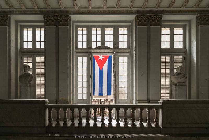 Flagga vid balkong