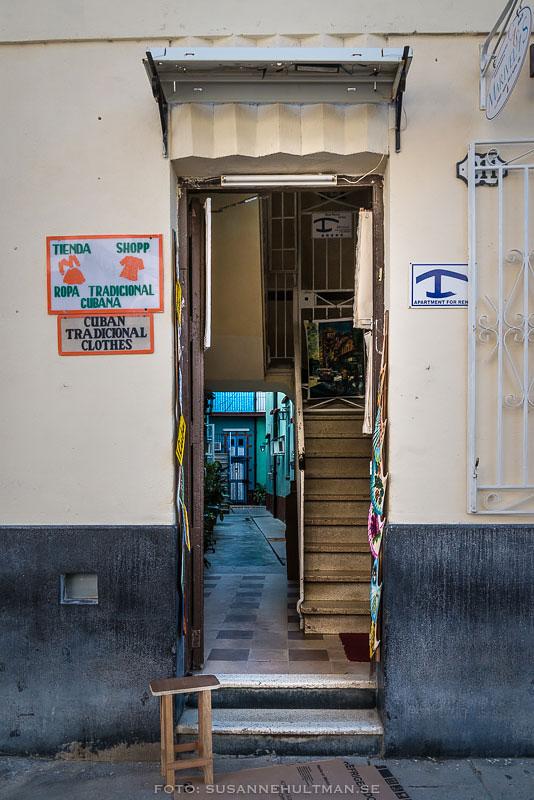 Smal ingång mot trappa