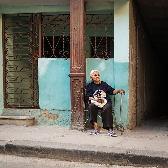 Kvinna utanför sitt hem