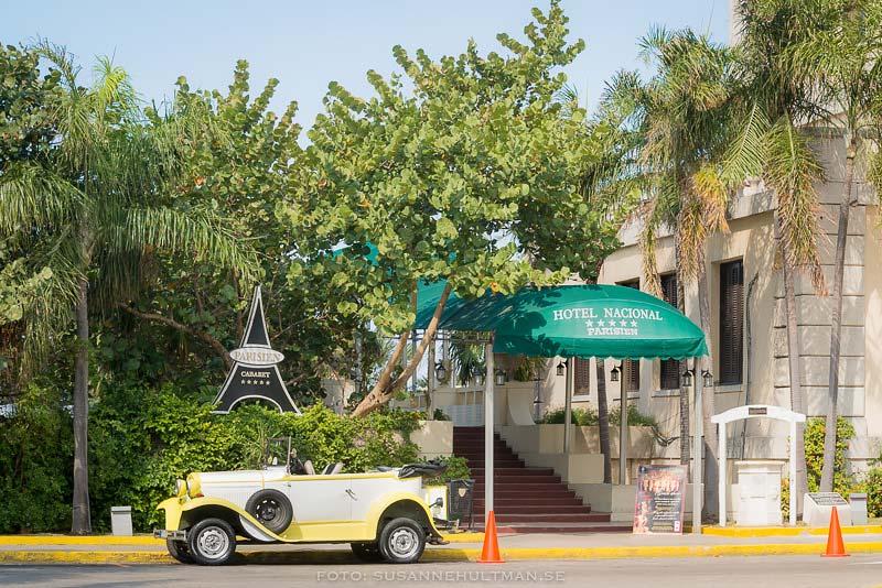 Bil utanför hotellet