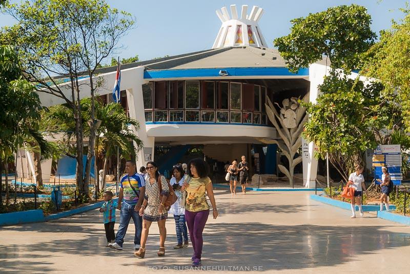 Kubaner på väg ut från Coppelia