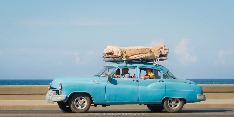 Blå bil med last på taket