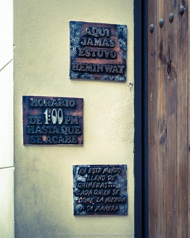 Tre skyltar vid dörr