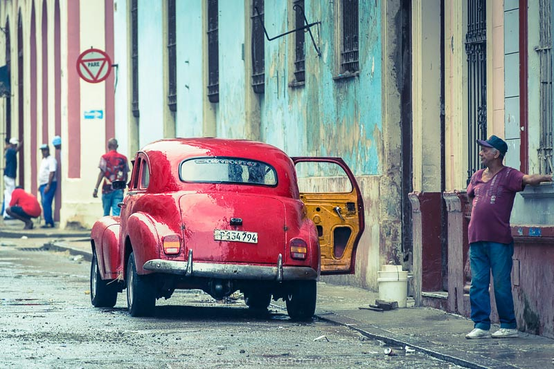 Röd bil med öppen dörr