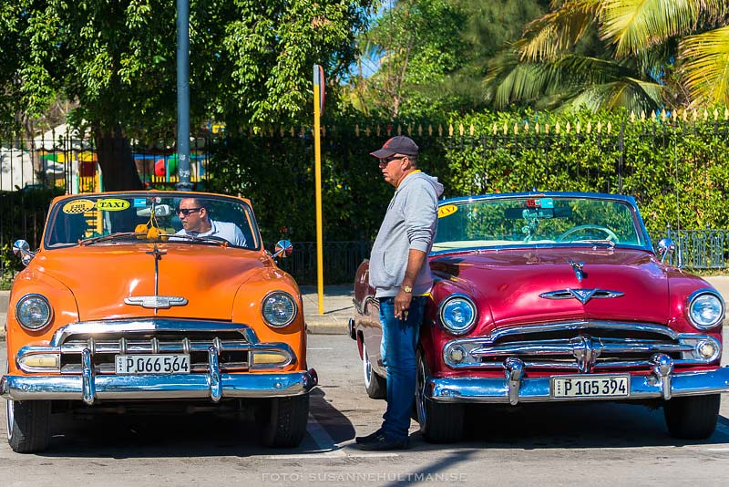 En orange och en cerise bil