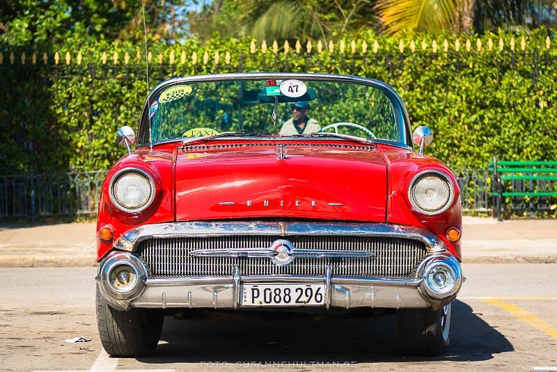 En röd bil