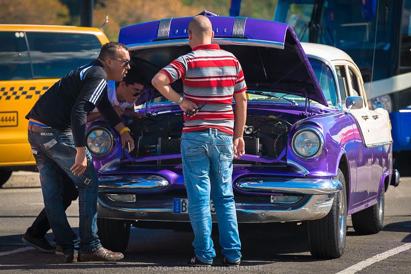 En lila bil med motorhuven uppe