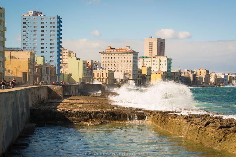Vågor slår upp över Malecón