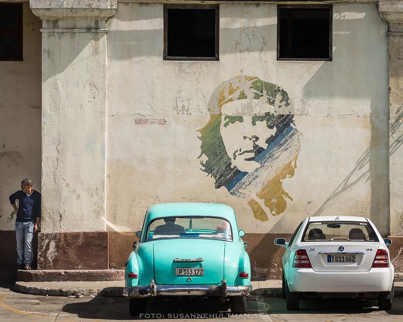 Väggmålning av Che och två bilar