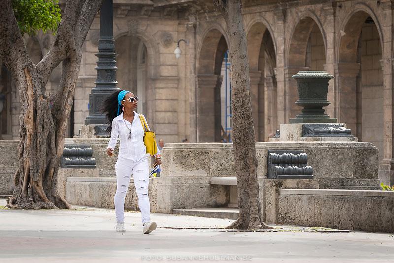 Kvinna klädd i vitt