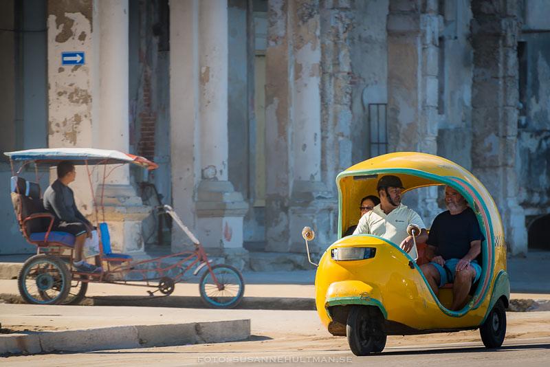 Cykeltaxi och gul cocotaxi.