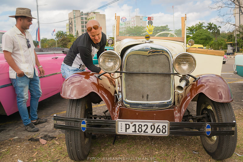 Man vid gammal bil