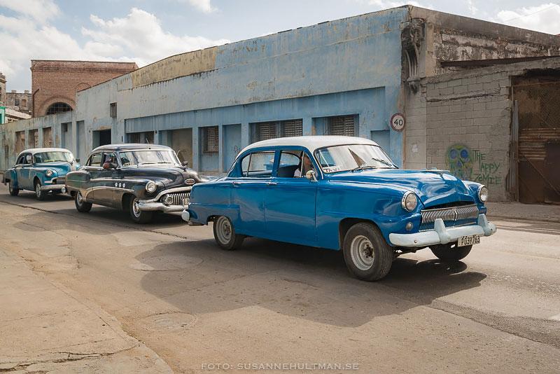 Gamla bilar på rad