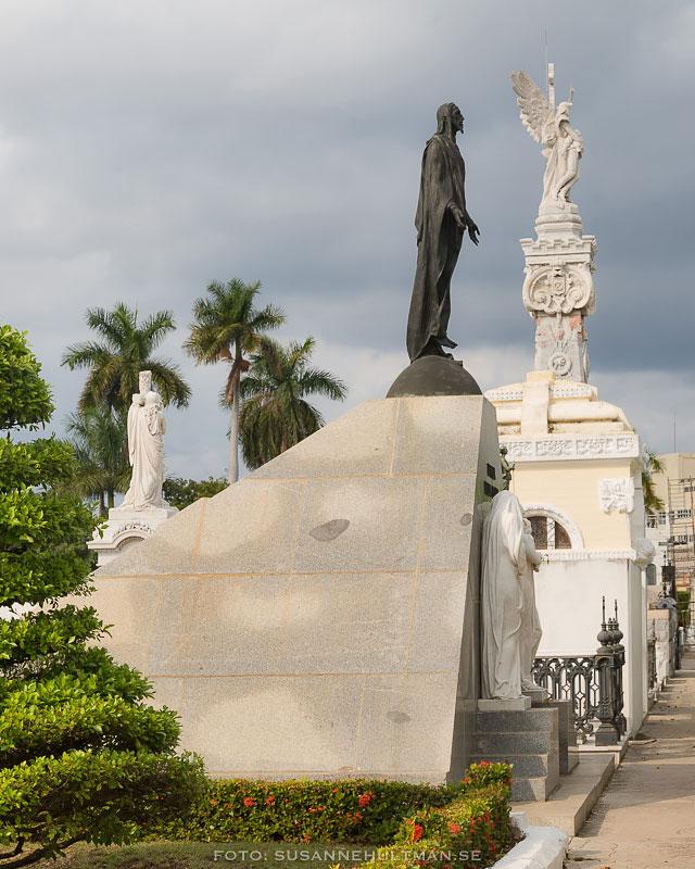 En svart och en vit skulptur