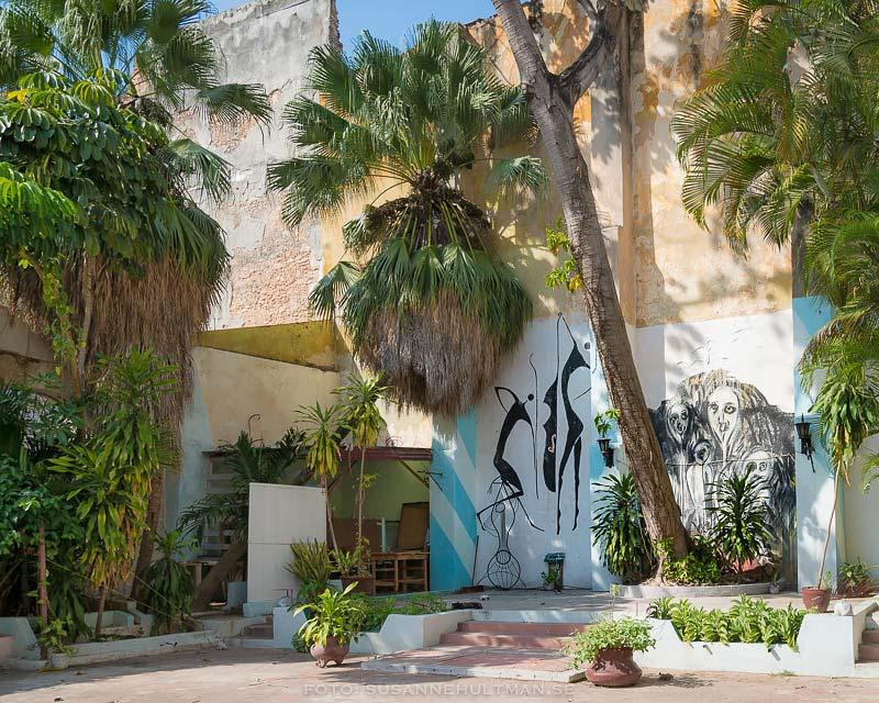 Innergård med väggmålning