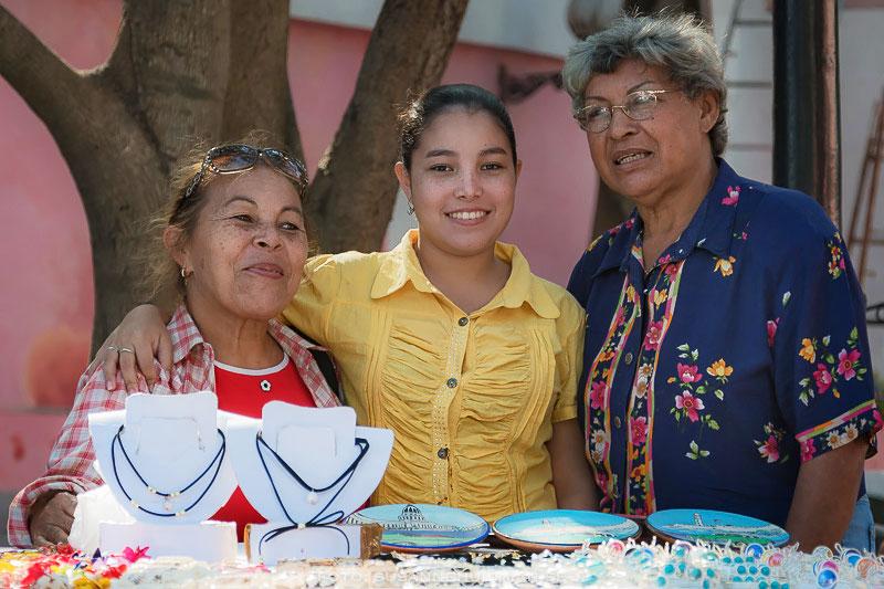 Tre kvinnor vis souvenirförsäljning