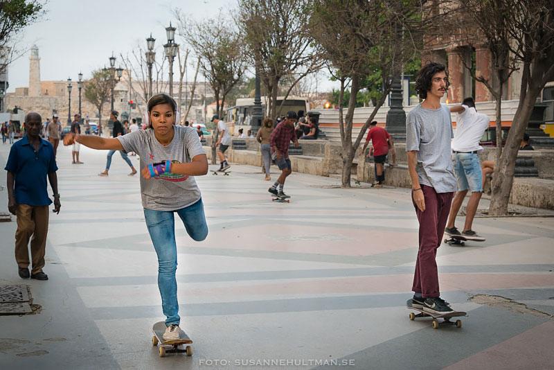 tje och kille på skateboard