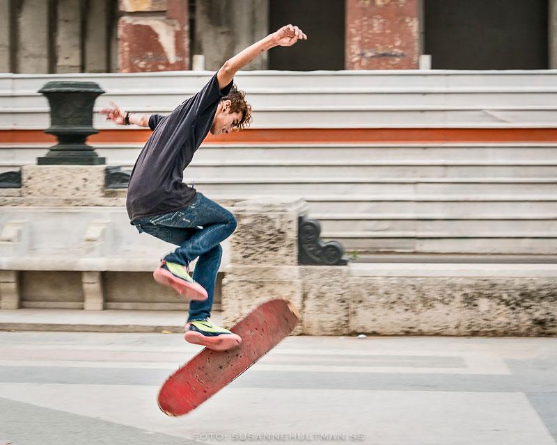 Kille hoppar med skateboard