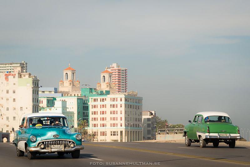 Två gamla bilar vid Malecón