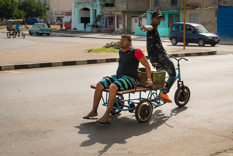 Flakcykel med två män
