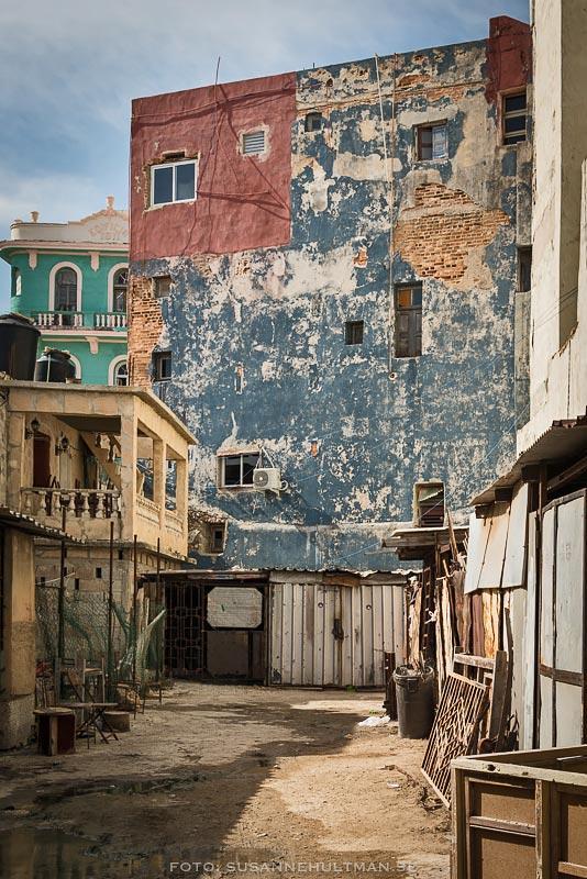 Innergård med förfallna hus