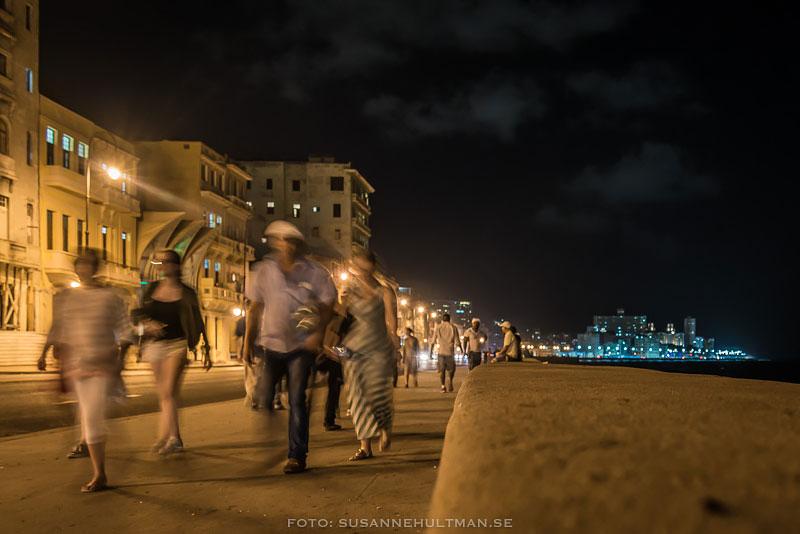 Suddiga människor vid Malecón