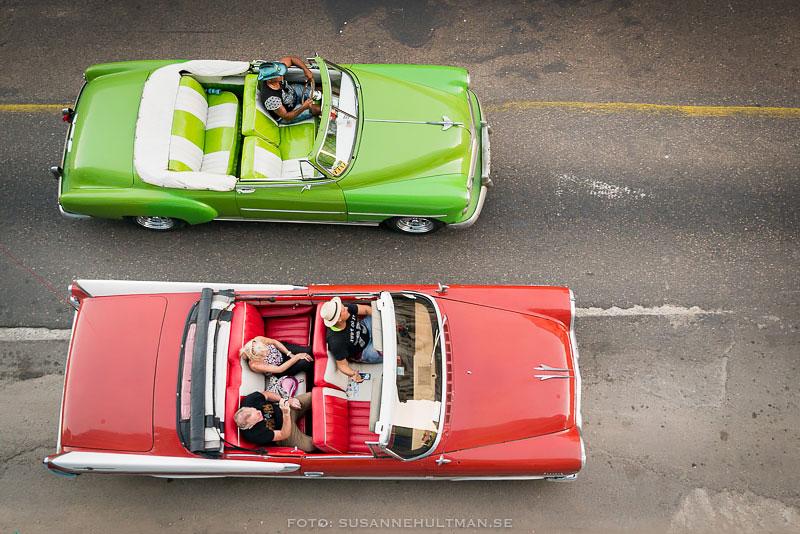En grön och en röd bil, uppifrån