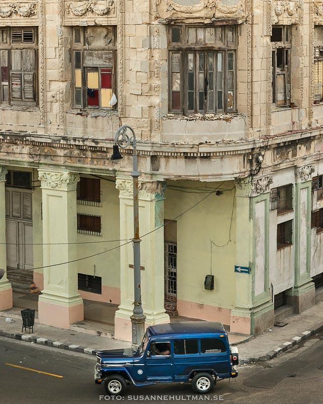 Mörkblå bil vid gathörna
