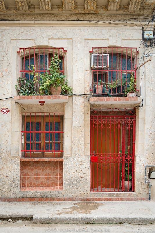 Röda fönster och dörrar