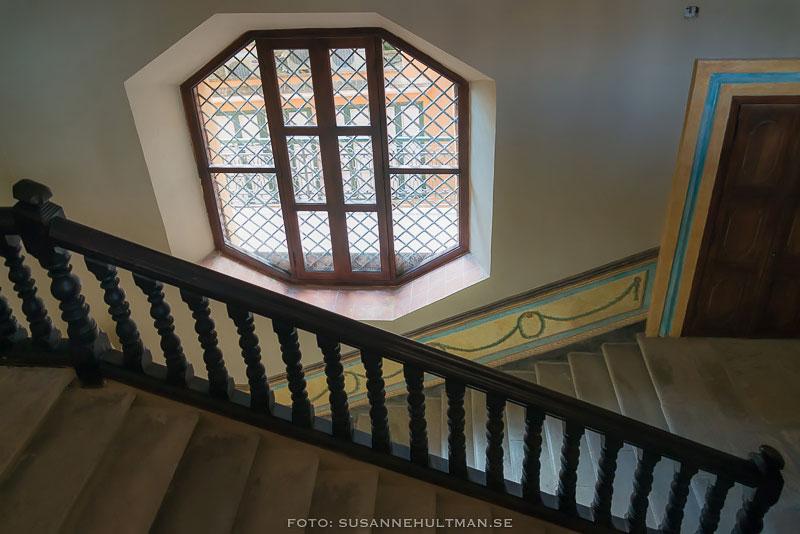 Trappa och sexkantigt fönster