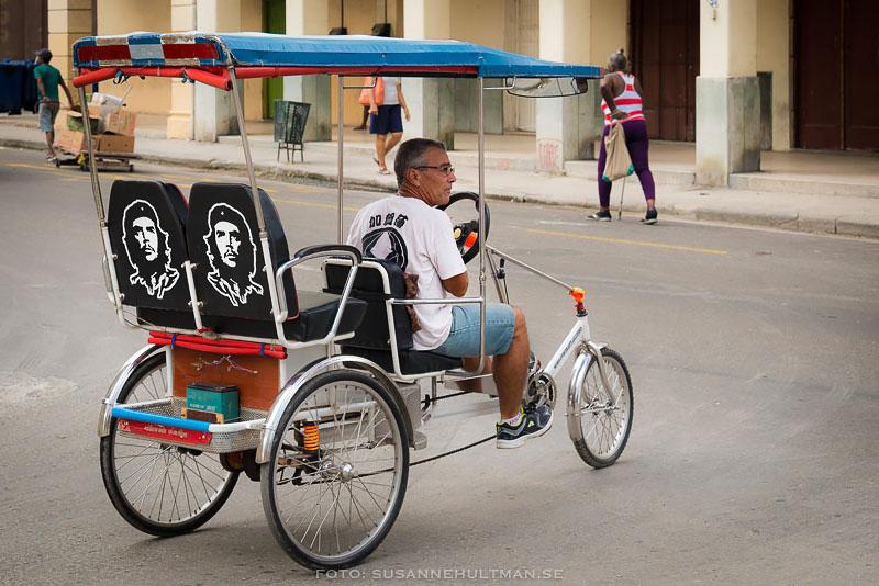 Cykeltaxi med bilder av Che på sätena