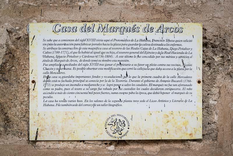 Skylt med text om Casa del Marqués de Arcos