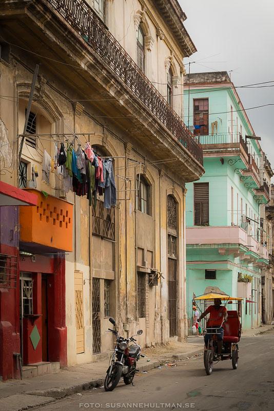 Fasader i färg, tvättkläder och cykeltaxi