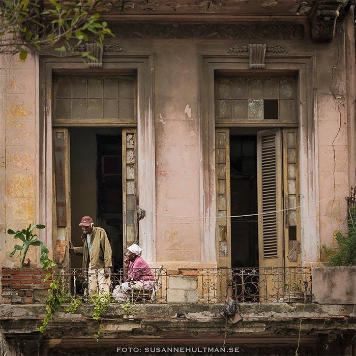 Ett par på en balkong