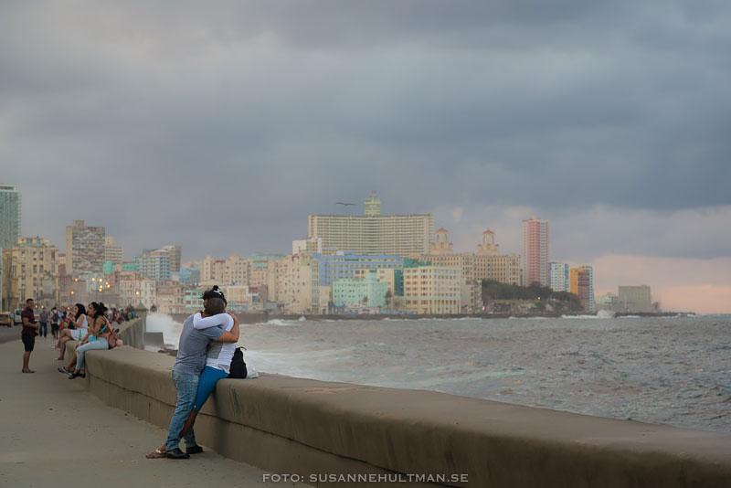 Par som kramas vid Malecón