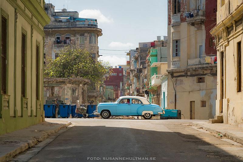 Blå bil som kör åt vänster