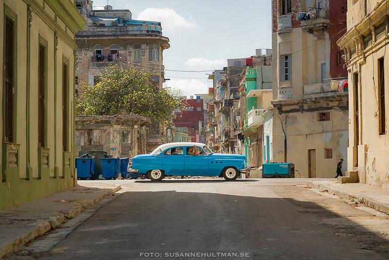 Blå bil som kör åt höger