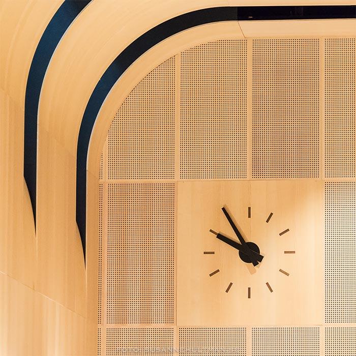 Klocka vid svängd vägg