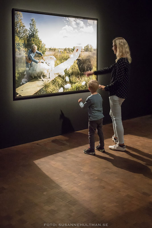 Kvinna med pojke framför tavla