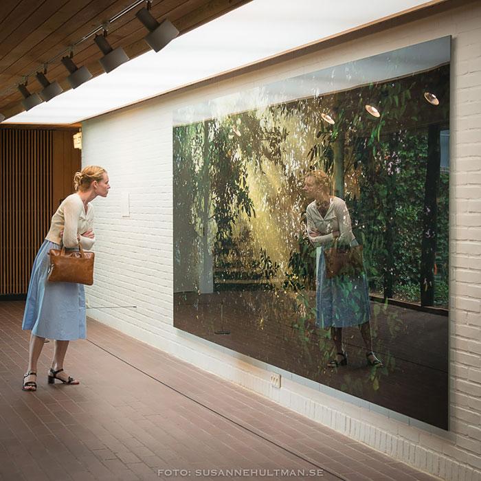 Kvinna tittar på målning