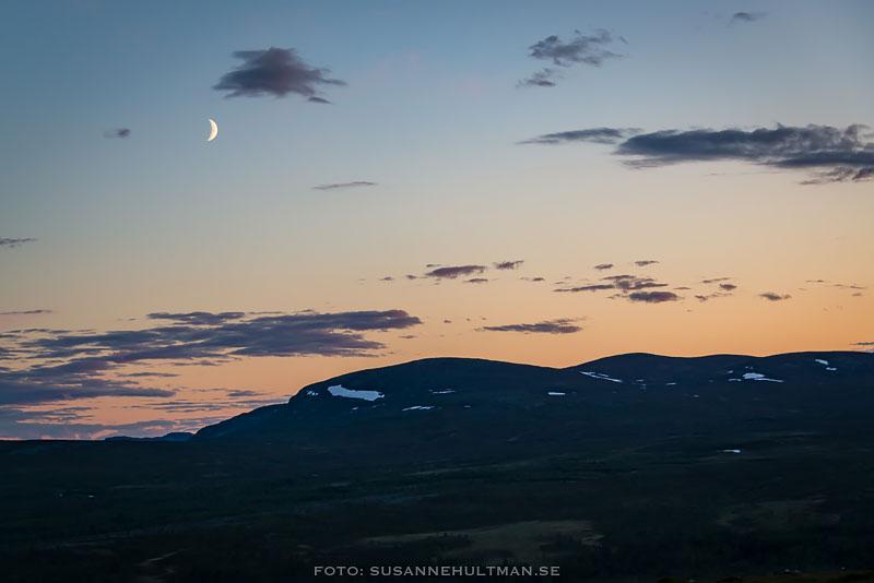 Måne ovanför fjället