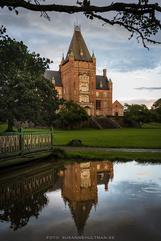 Trollnäs slott med spegling i ån.