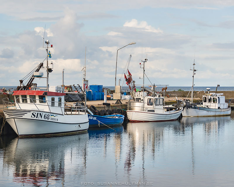 Båtar som speglas i vattnet