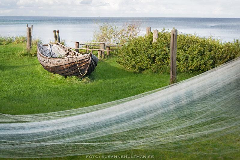 Fiskebåt och uppspänt nät