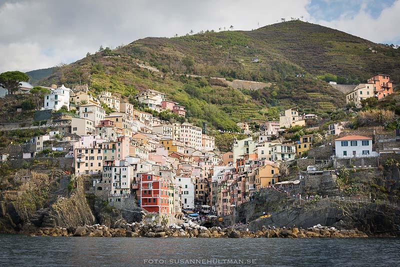 Byn Riomaggiore från havet