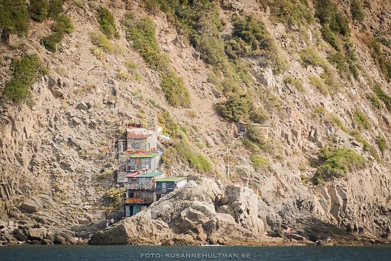 Några hus som klättrar på klipporna