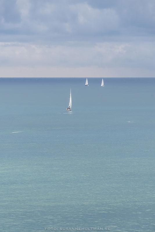 Tre segelbåtar på havet