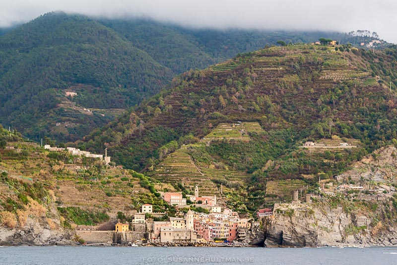 Byn Vernazza från havet.