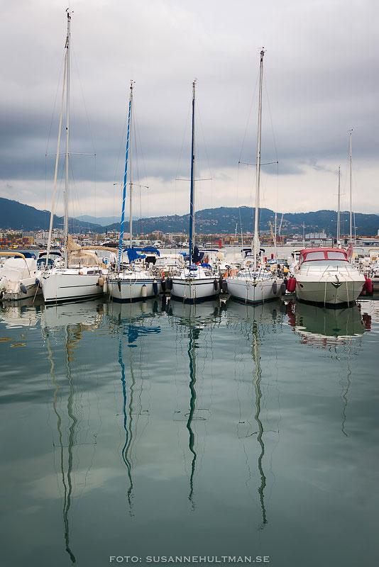 Segelbåtar speglas i vatten
